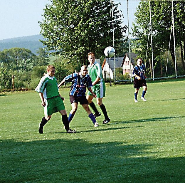Jako první vyběhli na trávník ´reprezentanti´ tachovských policistů (v zelených dresech) a mužů zákona z Domažlic