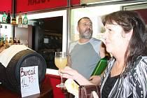 První zákazníci si mohli ochutnat a zakoupit burčák v Řeznictví U Tolara na tachovském náměstí v úterý. Sezona burčáku se tento týden naplno rozjíždí také u dalších prodejců vína po celém tachovském okrese.