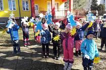 Děti ze školky v Sadové vítaly jaro.
