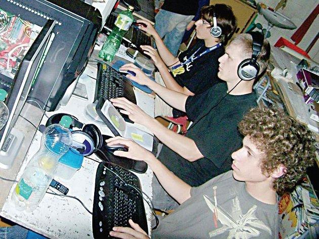 Mezi třinácti hráči na Lan party konané ve Stříbře byli také (od předu) Jakub Orel Hacker, Lukáš Macák Virus_3000 a Jakub Hluchý Ha_ppy.