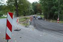 KOLEM PROPUSTKU vede improvizovaná cesta, smí po ní jezdit jen osobní automobily, autobusy a v případě nutného zásahu také hasiči.