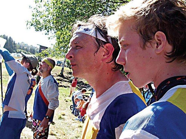 """""""Tak jak jsem dnes dopadl,"""" říká si v duchu Jan Michalec (vlevo) při pohledu na výsledky nedělního závodu V Dražejově."""