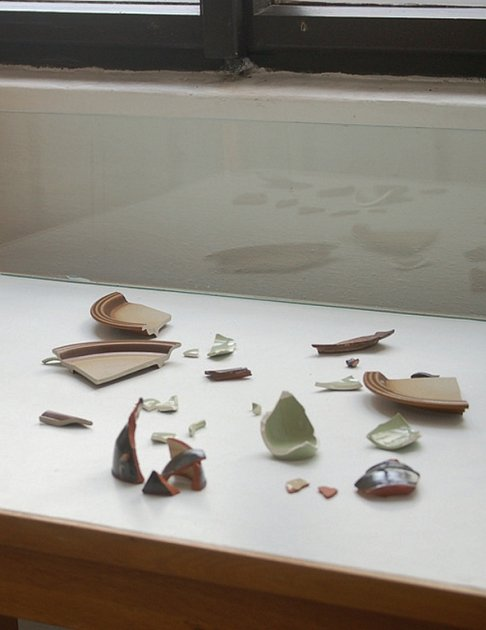 Návštěvníci Muzea Českého lesa v Tachově si mohou ze střepů složit nádobu.