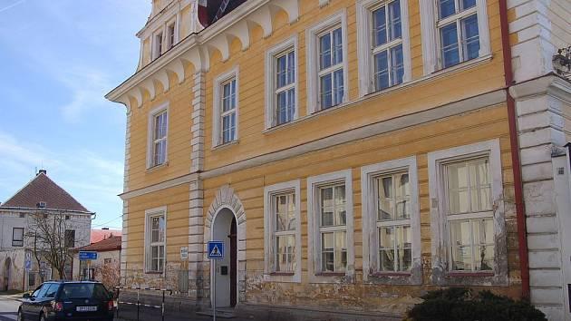 Dva lidé na Tachovsku se nakazili tuberkulózou. Jak potvrdila Krajská hygienická stanice v Plzni, jedná se o matku s dcerou.  Dívka je žákyní Základní školy Tachov, Petra Jilemnického, a navštěvuje pobočku této školy v Boru (na snímku).
