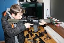 Výstavka v prostorách tachovské střelnice Rychta přilákala dospělé návštěvníky i mládež. Zbraně si mohli příchozí pod odborným dohledem vyzkoušet.