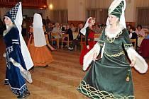 Galina Kortanová (vpravo) mohla sympatie respondentů získat i za členství v souboru historických tanců Mericia.