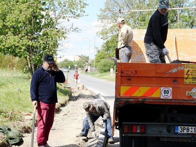 V Lomu u Tachova svépomocí opravují chodníky.