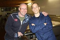 Jan Lachner (vpravo) s obchodním ředitelem chodovoplánského pivovaru Jiřím Plevkou. Další zastávkou mladého Francouze bude Slovensko