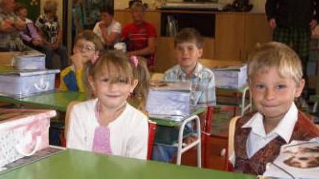 PREMIÉROVÝ školní den si užili žáci základní školy v Černošíne. Náš objektiv zachytil čerstvé prvňáčky Lucii Bursovou a Josefa Němce, kteří poslouchají výklad třídní učitelky Marcely Petričkové.