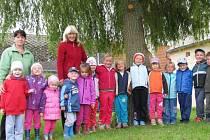 PEDAGOGICKÁ ASISTENTKA Lenka Bandžalová má obrovskou oporu ve svých kolegyních – ředitelce Aleně Pinďákové a učitelce Markétě Klimešové. Starají se o dvacet dětí.
