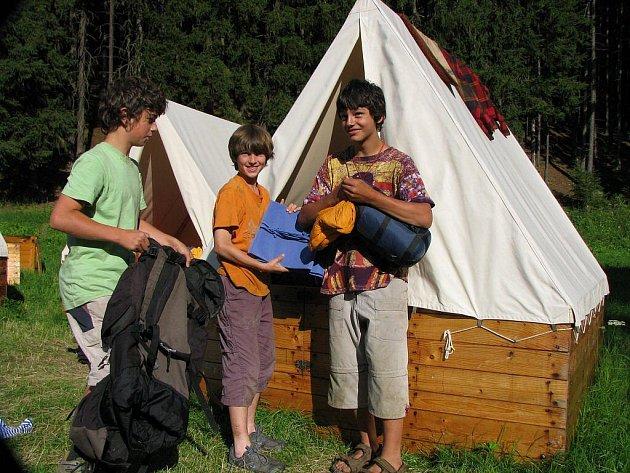 Letní tábor dětí v údolí Kosího potoka.