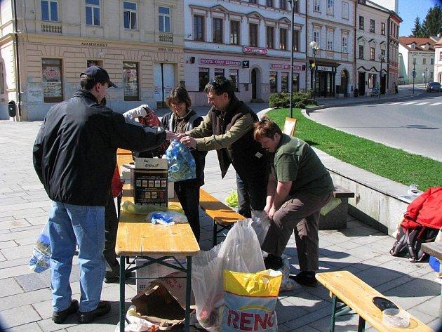 V rámci Dne Země se konala jarní procházka Tachovem, která byla spojena i se sběrem hliníku.