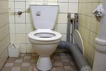 STRAŠÁKEM záchodů byl nejen nepříjemný zápach, ale také nesmyslné množství trubek, nevzhledného a zašlého vybavení.