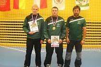 ZLATO A STŘÍBRO. Stříbrští závodníci Zápasu Stříbro  Bohuslav Pírka (vlevo) vybojoval na republikovém šampionátu v Praze druhé místo, Lukáš Adam zvítězil. Vpravo trenér Tomáš Adam.