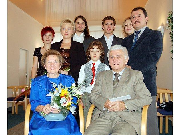 Manželé Marcela a Karel Valentovi (na snímku) oslavili padesát let společné cesty životem v kruhu svých blízkých.