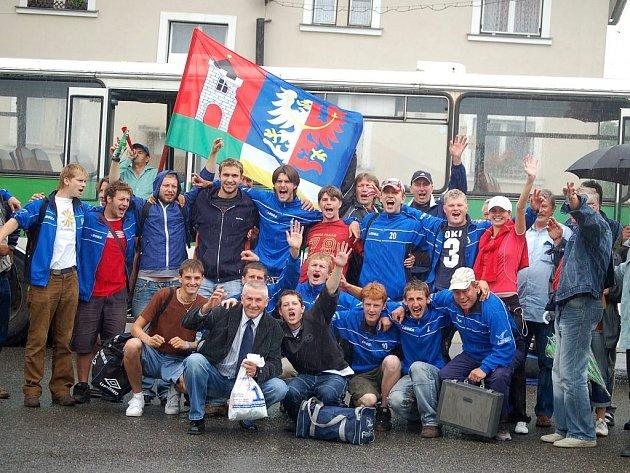 Fotbalový tým Jiskry Bezdružice pózuje po vítězném zápase.