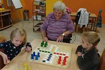 Děti si společně se seniory hrají, ale také pečou cukroví.