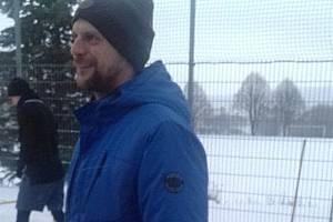 Kouč fotbalistů Dlouhého Újezdu Václav Zeman řídí s úsměvem sobotní trénink svých svěřenců na zasněženém kurtu v areálu hřiště v Dlouhém Újezdu.