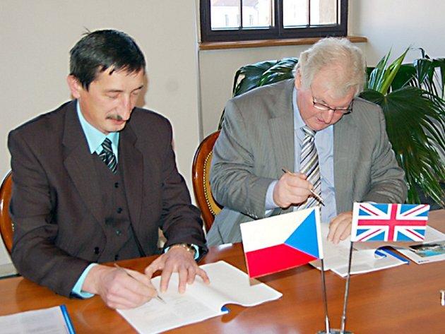 Smlouvu  podepsali starosta Stříbra Miroslav Nenutil a generální ředitel firmy Waystone Stuart McLoughlin (zleva).