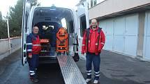 Řidiči Josef Krejča a Tomáš Vlk představili jeden z nových sanitních vozů.