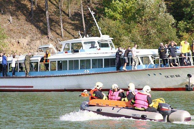 Na přehradě Hracholusky se v úterý odpoledne konalo taktické cvičení, jehož námětem byla záchrana osob z hořící výletní lodi.