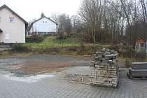 Obec Rozvadov nechala zbourat staré garáže a bývalý obecní úřad. Na místě garáží vyroste hasičská zbrojnice.