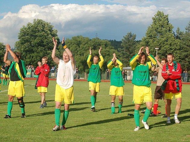 Hráči Baníku Stříbro oslavují po zápase svůj postup.