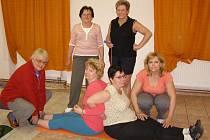 Ženy se scházejí u cvičení