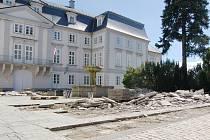 Přední nádvoří zámku v Tachově nyní prochází rozsáhlou rekonstrukcí.