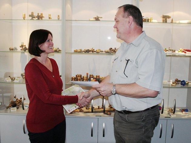 ZA MOBILNÍ HOSPIC V TACHOVĚ převzala Iva Csanálosi v Rotarexu peněžitou částku z rukou předsedy odborové organizace Milana Bureše.