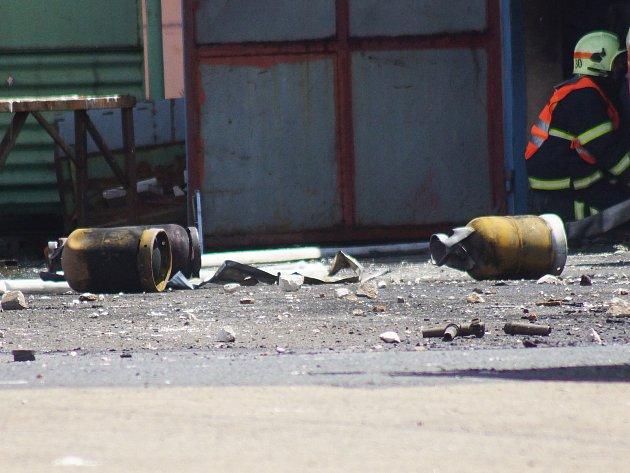 V odpoledních hodinách již hasiči pouze kontrolovaly následky požáru. Dochlazovat lahve a hlídat celý prostor budou až do sobotního dne.