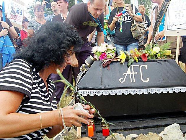 Zaměstnanci se s firmou rozloučili pohřebním maršem