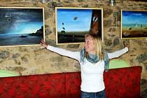 DOLNÍ POLŽICE JSOU NYNÍ MÍSTEM, KDE KVĚTA ČAPKOVÁ VYSTAVUJE své surrealistické obrazy. Devět děl tam putovalo z předcházející výstavy na Chvalském zámku u Prahy a návštěvníci je v Dolních Polžicích mohou vidět do konce října.
