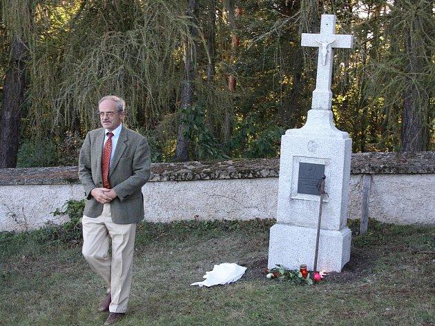 Jaroslav Lobkowicz při nedávném odhalení pomníku Švamberkům na čelivském hřbitově