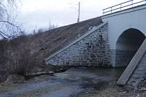 Nová cyklostezka spojí městys a lázně. Překoná i mokřad u tohoto viaduktu.