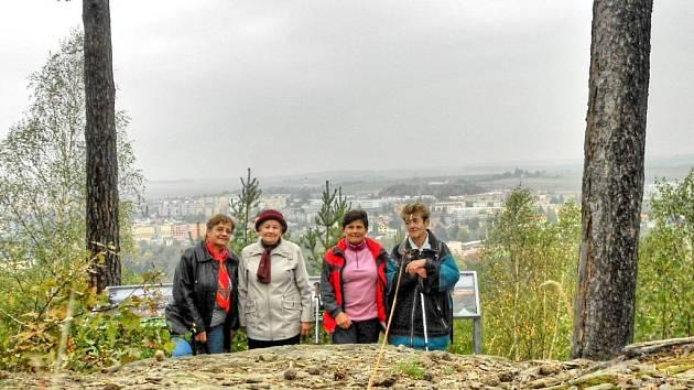 Skupinka po zdolání výšlapu na Ronšperk.
