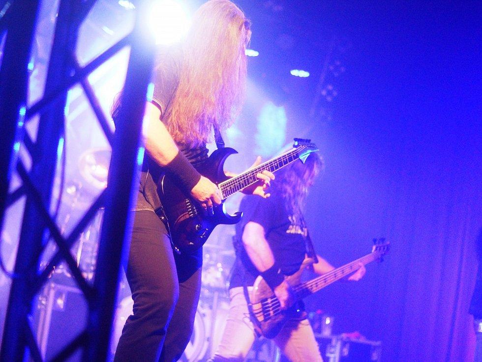 Stříbro - Kulturní dům ve Stříbře se stal dalším místem, kde česká metalová legenda Arakain oslavila 35. výročí založení kapely. Spolu s nimi se představily i další legendy českého metalu.