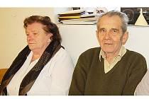 JOSEF PINKAS (vpravo) získal věrnostrní stužku za 50 let u Sboru dobrovolných hasičů v Tisové. Vlevo Alena Krasinská, která se stala novou členkou sboru, když přestoupila ze Starého Sedliště