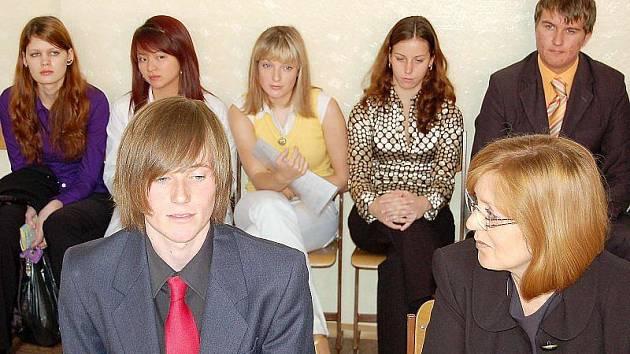 U ZKOUŠKY. Student Jakub Koťátko ze 6.A tachovského gymnázia právě skládá ústní maturitní zkoušku z angličtiny.