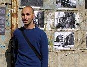 Lukáš Houdek  vystavuje na opěrné zdi