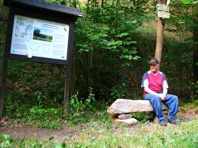 NA KAMENNÉ LAVIČCE, kterou udělal majitel vodní elektrárny mohou odpočívat turisté na rozcestí Pod Křínovem.