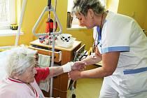 Zdravotní sestra Jana Pechová, sloužící na Štědrý večer, ošetřuje dvaadevadesátiletou  Annu Kašparovou.