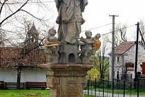 SOCHA SV. JANA NEPOMUCKÉHO. Sousoší patří neodmyslitelně k návsi ve Strahově. V posledních letech se tuto sochu podařilo obci zrestaurovat, mimo jiné za přispění dotací. Socha byla celkově očištěna, doplněna o některé detaily a části.
