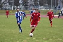 Důležité utkání České fotbalové ligy tachovští fotbalisté (v červeném) zvládli, v Domažlicích vyhráli 2:3.
