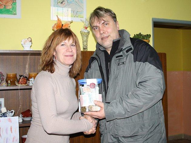 Pokladničku s bezmála pěti tisíci korunami předal Štěpán Kuhn v pondělí ředitelce školky Zuzaně Haníkové.