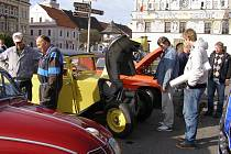 Klub historických vozidel pozval vejprnické milovníky veteránů na projížďku po Tachovsku. Jednou ze zastávek bylo i stříbrské náměstí.