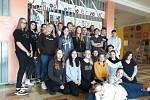 Žáci před výstavkou revolučních nápisů.
