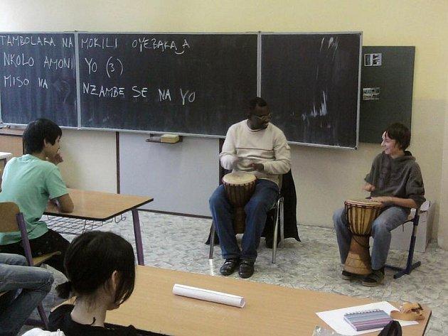 MENŠINY MEZI NÁMI. Angolan Pedro učí v přimdské škole hrát Lumíra Vilimce na bonga.