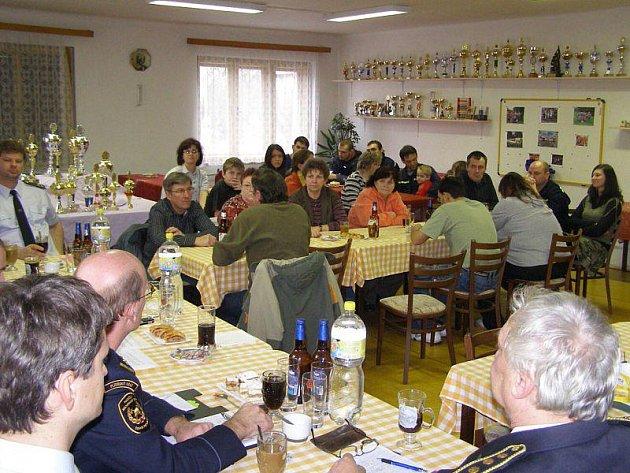 Valná hromada SDH ve Stříbře. Zúčastnili se i zástupci města.