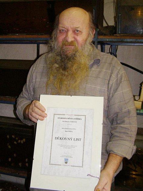 Jan Vlček s pamětním listem, který dostal na rozloučenou na radnici.